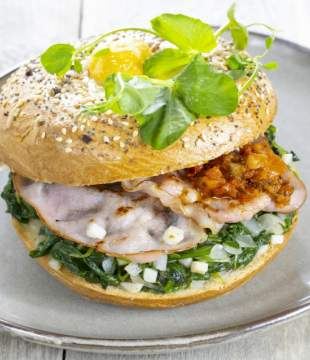Pulled Lachs Burger vom Grill mit Fenchel Dill Salat